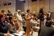 Слушатели выстроились в очередь, чтобы задать вопросы Его Святейшеству Далай-ламе. Саппоро, Япония. 3 апреля 2015 г. Фото: Джереми Рассел (офис ЕСДЛ)
