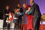 Организаторы благодарят Его Святейшество Далай-ламу по окончании лекции. Саппоро, Япония. 3 апреля 2015 г. Фото: Джереми Рассел (офис ЕСДЛ)