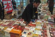 Перед началом публичной лекции люди могли купить книги Его Святейшества Далай-ламы на японском языке. Саппоро, Япония. 3 апреля 2015 г. Фото: Джереми Рассел (офис ЕСДЛ)