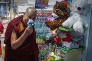 Его Святейшество Далай-лама рассматривает сувениры в магазинчике в аэропорту Саппоро. Саппоро, Япония. 3 апреля 2015 г. Фото: Джереми Рассел (офис ЕСДЛ)