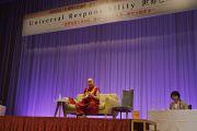 Его Святейшество Далай-лама читает лекцию о всеобщей ответственности. Саппоро, Япония. 3 апреля 2015 г. Фото: Джереми Рассел (офис ЕСДЛ)