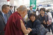 Его Святейшество Далай-лама общается с людьми в аэропорту Токио. Токио, Япония. 4 апреля 2015 г. Фото: Джереми Рассел (офис ЕСДЛ)