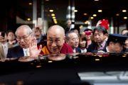 Его Святейшество Далай-лама уезжает из Японской ассоциации врачей. Токио, Япония. 4 апреля 2015 г. Фото: Тензин Джигме