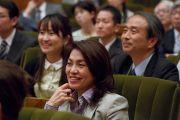 Участники встречи, члены Японской ассоциации врачей, слушают Его Святейшество Далай-ламу. Токио, Япония. 4 апреля 2015 г. Фото: Тензин Джигме