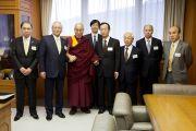 Его Святейшество Далай-лама и члены Японской ассоциации врачей перед началом встречи. Токио, Япония. 4 апреля 2015 г. Фото: Тензин Джигме