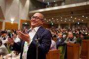 Один из участников встречи Далай-ламы с членами Японской ассоциации врачей задает вопрос Его Святейшеству. Токио, Япония. 4 апреля 2015 г. Фото: Тензин Джигме