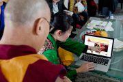 Его Святейшеству Далай-ламе показывают недавно открытый официальный сайт офиса Далай-ламы на японском языке. Токио, Япония. 5 апреля 2015 г. Фото: Тензин Джигме