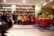 Его Святейшество Далай-лама во время посещения нового офиса своего представителя в Японии. Токио, Япония. 5 апреля 2015 г. Фото: Тензин Джигме