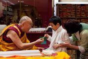 Его Святейшество Далай-лама общается с маленьким мальчиком во время посещения нового тибетского офиса в Токио. Токио, Япония. 5 апреля 2015 г. Фото: Тензин Джигме