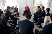 Его Святейшество Далай-лама встречается с японскими парламентариями. Токио, Япония. 6 апреля 2015 г. Фото: Тензин Джигме