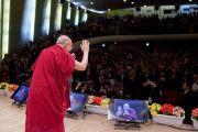 """Его Святейшество Далай-лама приветствует собравшихся в зале """"Ёмиури"""" перед началом экологического форума. Токио, Япония. 6 апреля 2015 г. Фото: Тензин Джигме"""