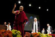 Его Святейшество Далай-лама прощается с аудиторией по окончанию экологического форума, посвященного обсуждению сохранения природы для будущих поколений. Токио, Япония. 6 апреля 2015 г. Фото: Тензин Джигме