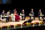 Его Святейшество Далай-лама и другие докладчики на сцене экологического форума, посвященного обсуждению сохранения природы для будущих поколений. Токио, Япония. 6 апреля 2015 г. Фото: Тензин Джигме