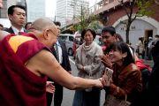 """Его Святейшество Далай-лама общается с людьми на выходе из зала """"Ёмиури"""" после завершения экологического форума, посвященного обсуждению сохранения природы для будущих поколений. Токио, Япония. 6 апреля 2015 г. Фото: Тензин Джигме"""