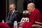 Модератор сессии вопросов и ответов японский журналист Акира Икегами смеется в ответ на комментарий Его Святейшества Далай-ламы во время его лекции в университете Аичи Гакуен. Нагоя, Япония. 7 апреля 2015 г. Фото: Тензин Джигме