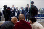 Его Святейшество Далай-лама на вокзале в Токио ожидает поезд в Нагою. Токио, Япония. 7 апреля 2015 г. Фото: Тензин Джигме