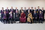 Его Святейшество Далай-лама с преподавателями и сотрудниками университета Аичи Гакуен. Нагоя, Япония. 7 апреля 2015 г. Фото: Тензин Джигме