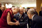 Его Святейшество Далай-лама приветствует своего старого друга, 92-летнего Абе Роши. Гифу, Япония. 7 апреля 2015 г. Фото: Тензин Джигме