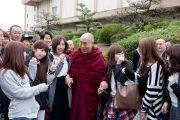 Его Святейшество Далай-лама общается со студентами университета Аичи Гакуен. Нагоя, Япония. 7 апреля 2015 г. Фото: Тензин Джигме