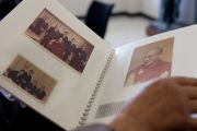 В университете Аичи Гакуен Его Святейшество Далай-лама рассматривает альбом с фотографиями своего первого визита в Японию в 1967 году. Нагоя, Япония. 7 апреля 2015 г. Фото: Тензин Джигме