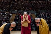 Его Святейшество Далай-лама и монахи сото-сю воздают знаки почтения Будде перед началом лекции Его Святейшества. Гифу, Япония. 8 апреля 2015 г. Фото: Тензин Джигме