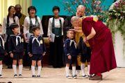 Его Святейшество Далай-лама благодарит детей, выступавших перед началом его лекции, проводившейся по просьбе Всеяпонской молодежной ассоциации монахов сото-сю, празднующей в этом году 40-летие со дня основания. Гифу, Япония. 8 апреля 2015 г. Фото: Тензин Джигме