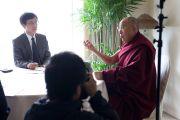 """Его Святейшество Далай-лама отвечает на вопросы корреспондентов одной из крупнейших японских газет """"Асахи Шимбун"""". Гифу, Япония. 8 апреля 2015 г. Фото: Тензин Джигме"""