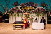 Его Святейшество Далай-лама читает лекцию в конференц-центре Накаракава по просьбе Всеяпонской молодежной ассоциации монахов сото-сю, празднующей в этом году 40-летие со дня основания. Гифу, Япония. 8 апреля 2015 г. Фото: Тензин Джигме