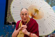 По окончании лекции Его Святейшеству Далай-лама преподнесли в подарок японский национальный зонтик. Гифу, Япония. 8 апреля 2015 г. Фото: Тензин Джигме