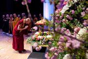 Его Святейшество Далай-лама воздает знаки почтения Будде перед началом лекции в конференц-центре Нагаракава. Гифу, Япония. 8 апреля 2015 г. Фото: Тензин Джигме