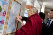 """Его Святейшество Далай-лама рассматривает карту во время остановки на станции обслуживания """"Хирагано хайлэнд"""" по дороге из Гифу в Кинадзаву. Япония. 9 апреля 2015 г. Фото: Тензин Джигме"""