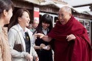 """Его Святейшество Далай-лама на станции обслуживания """"Хирагано хайлэнд"""" по дороге из Гифу в Кинадзаву. Япония. 9 апреля 2015 г. Фото: Тензин Джигме"""