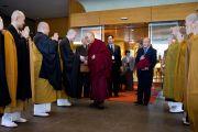 Монахи традиции сото-дзэн прощаются с Его Святейшеством Далай-ламой на выходе из гостиницы в Гифу, откуда он на машине отправился в Канадзаву. Гифу, Япония. 9 апреля 2015 г. Фото: Тензин Джигме