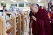 "Его Святейшество Далай-лама в магазинчике на станции обслуживания ""Хирагано хайлэнд"" по дороге из Гифу в Кинадзаву. Япония. 9 апреля 2015 г. Фото: Тензин Джигме"