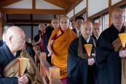 Его Святейшество Далай-ламу провожают на обед в храме Соудзи. Токио, Япония. 11 апреля 2015 г. Фото: Тензин Джигме