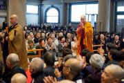 Его Святейшество Далай-лама приветствует слушателей перед началом лекции в храме Соудзи. Токио, Япония. 11 апреля 2015 г. Фото: Тензин Джигме