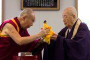Его Святейшество Далай-лама преподносит статую Будды настоятелю храма Соудзи Егава Синдзян Дзэндзи. Токио, Япония. 11 апреля 2015 г. Фото: Тензин Джигме