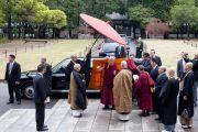 Его Святейшество Далай-ламу встречают в храме Соудзи. Токио, Япония. 11 апреля 2015 г. Фото: Тензин Джигме