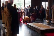 Его Святейшество Далай-лама совершает простирания перед статуей Будды в храме Соудзи. Токио, Япония. 11 апреля 2015 г. Фото: Тензин Джигме