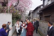 """Ама Баба и члены группы поддержки Тибета """"Буссокаи"""" провожают Его Святейшество Далай-ламу на поезд в Токио. Канадзава, Япония. 11 апреля 2015 г. Фото: Джереми Рассел (офис ЕСДЛ)"""