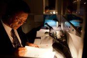 Синхронный переводчик на английский язык переводит учения Его Святейшества Далай-ламы в университете Шова. Токио, Япония. 12 апреля 2015 г. Фото: Тензин Джигме