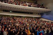 В зале университета Шова более 2000 человек стоя встречают Его Святейшество Далай-ламу в первый день двухдневных учений. Токио, Япония. 12 апреля 2015 г. Фото: Тензин Джигме