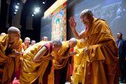 Его Святейшество Далай-лама приветствует аудиторию перед началом первого дня двухдневных учений в университете Шова. Токио, Япония. 12 апреля 2015 г. Фото: Тензин Джигме