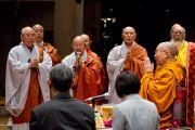 Монахи из Кореи читают Сутру сердца перед началом первого дня учений Его Святейшества Далай-ламы в университете Шова. Токио, Япония. 12 апреля 2015 г. Фото: Тензин Джигме