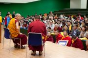 Его Святейшество Далай-лама встречается с группой буддистов из Монголии во время перерыва на обед в первый день учений в университете Шова. Токио, Япония. 12 апреля 2015 г. Фото: Тензин Джигме