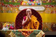 Его Святейшество Далай-лама читает молитвы в завершение первого дня учений в университете Шова. Токио, Япония. 12 апреля 2015 г. Фото: Тензин Джигме