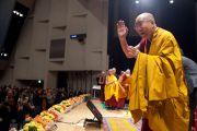 Его Святейшество Далай-лама приветствует аудиторию в начале второго дня учений в университете Шова Джоси. Токио, Япония. 13 апреля 2015 г. Фото: Тензин Джигме