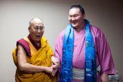 Его Святейшество Далай-лама и борец сумо из Монголии Хакуо Шо во время обеденного перерыва на второй день учений в университете Шова Джоси. Токио, Япония. 13 апреля 2015 г. Фото: Тензин Джигме