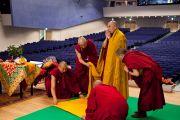 Его Святейшество Далай-лама прибыл в зал университета Шова Джоси рано утром, чтобы провести подготовительные ритуалы перед посвящением Авалокитешвары. Токио, Япония. 13 апреля 2015 г. Фото: Тензин Джигме