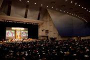 Вид на сцену мемориального зала в университете Шова Джоси во второй день учений Его Святейшества Далай-ламы. Токио, Япония. 13 апреля 2015 г. Фото: Тензин Джигме